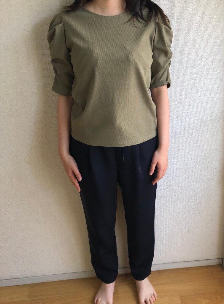 緑の半袖と黒いズボン