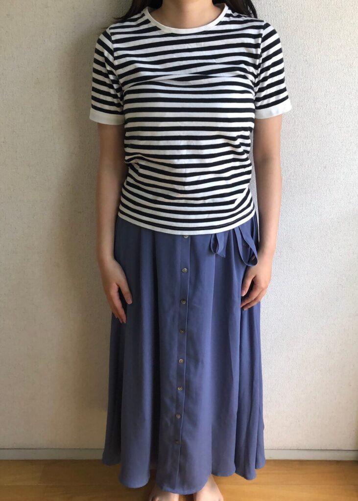 ストライプのシャツと青いスカート