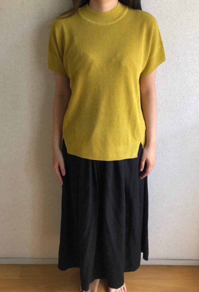 黄色の半袖と黒のスカート